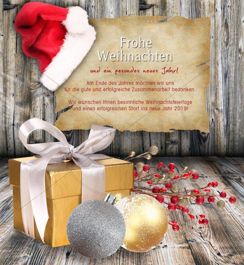Grußkarte mit Weihnachtsmütze und Geschenkpaket
